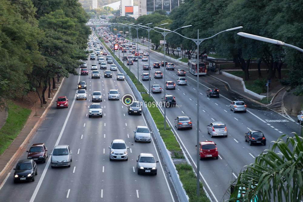 Avenida 23 de Maio em Sao Paulo, SP, Brazil. A Avenida 23 de Maio, originalmente conhecida como Avenida Itororo e, depois, Avenida Anhangabau, eh uma das mais movimentadas avenidas do municipio. Faz a ligacao norte-sul. = May 23 Avenue in Sao Paulo, SP,  Brazil