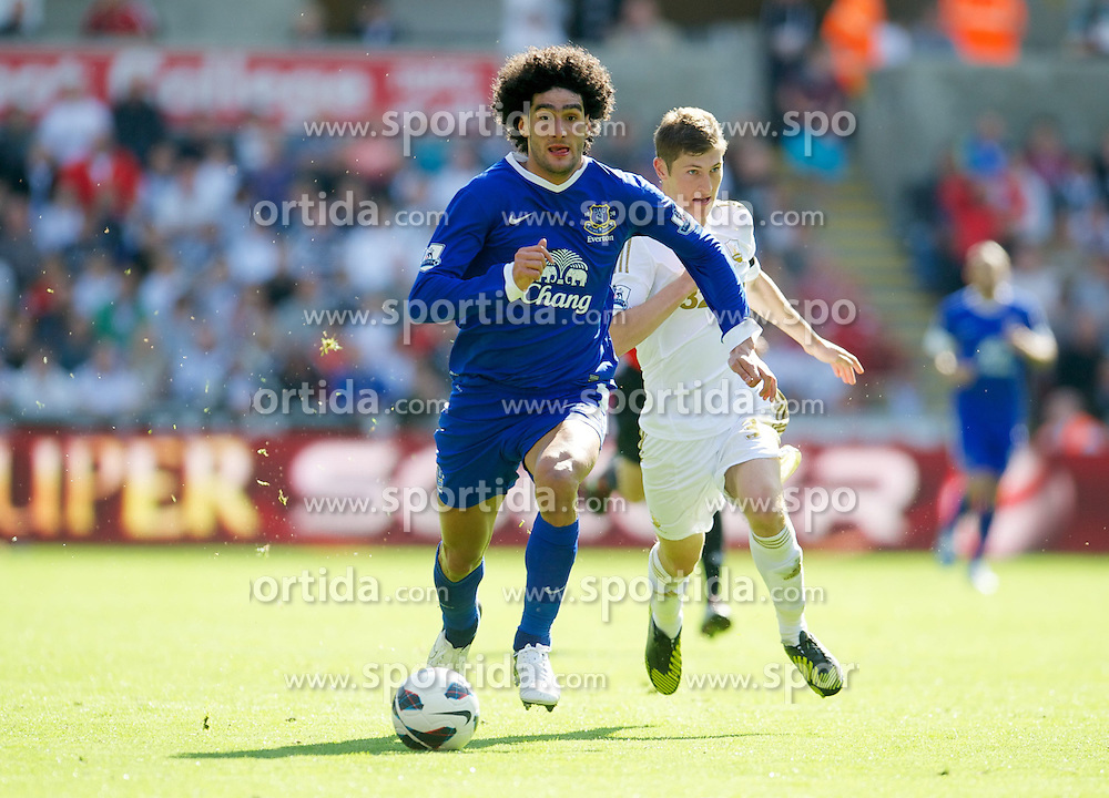 22.09.2012, Liberty Stadion, Swansea, ENG, Premier League, Swansea City vs FC Everton, 5. Runde, im Bild Everton's Marouane Fellaini in action against Swansea City during the English Premier League 5th round match between Swansea City AFC and Everton FC at the Liberty Stadium, Swansea, Great Britain on 2012/09/22. EXPA Pictures © 2012, PhotoCredit: EXPA/ Propagandaphoto/ David Rawcliff..***** ATTENTION - OUT OF ENG, GBR, UK *****