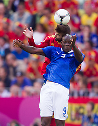 10-06-2012 VOETBAL: UEFA EURO 2012 DAY 3: POLEN OEKRAINE<br /> Gerard Pique of Spain vs Mario Balotelli of Italy during the UEFA EURO 2012 group C match between Spain and Italy at The Arena Gdansk<br /> ***NETHERLANDS ONLY***<br /> ©2012-FotoHoogendoorn.nl
