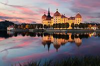 """Als Jagdschloss von Herzog Moritz erbaut, wurde Schloss Moritzburg zum königlichen Lustschloss unter August dem Starken. Jedes Jahr verwandelt sich Schloss Moritzburg in eine zauberhafte Märchenkulisse. Ab November werden wieder Geheimnisse und noch unentdeckte Hintergrundgeschichten über den Film """"Drei Haselnüsse für Aschenbrödel"""" und das Märchen gelüftet."""