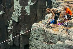 Jovens praticam Slackline na Praia de Torres, no litoral norte do Rio Grande do Sul. FOTO: Emmanuel Denaui/ Agência Preview