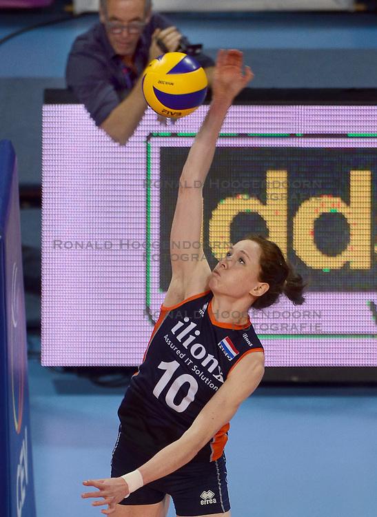 07-01-2016 TUR: European Olympic Qualification Tournament Nederland - Kroatie, Ankara<br /> Nederland verslaat Kroatië met 3-0 en gaat als groepswinnaar de halve finale in / Lonneke Sloetjes #10