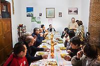 BARCELLONE POZZO DI GOTTO (ME), ITALIA - 20 FEBBRAIO 2015: Gli ospiti della Casa di Solidarietà e di Accoglienza di Don Pippo Insana recitano una preghiera prima di iniziare il pranzo, a Barcellona Pozzo di Gotto il 20 febbraio 2015.