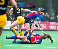 BILTHOVEN  - Hockey -  1e wedstrijd Play Offs dames. SCHC-Den Bosch (0-1). Xan de Waard (SCHC) met Carlien Dirkse van den Heuvel (SCHC) COPYRIGHT KOEN SUYK