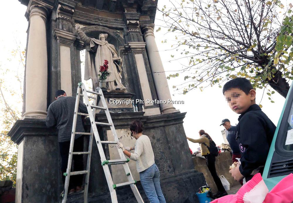 Napoli15 Dicembre 2015 :<br /> l'associazione &quot; turisti nella nostra citt&agrave;&quot; al ponte dei granili,  ripuliscono la statua di San Gennaro esposta al degrado e all'inquinamento.<br /> Ph: Stefano Renna