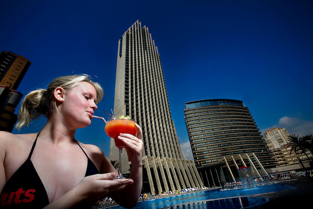 Digital. Alicante 06/11/07 - Gran Hotel Bali in Benidorm.A girl  drinks a coctel in the swimming pool  - (c) Vicens Gimenez