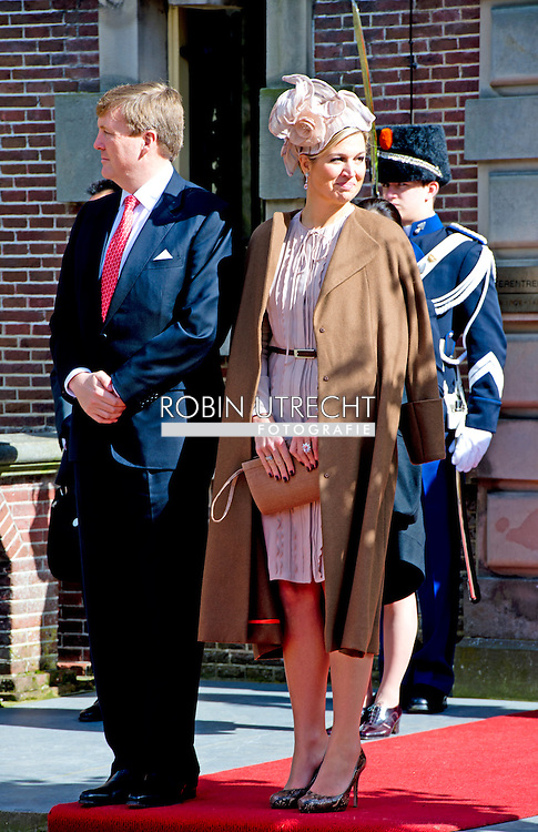 LISSE -King Willem-Alexander (L) and Queen Maxima take formal leave of Chinese President Xi Jinping and his wife Peng Liyuan at the exit of Castle Keukenhof. COPYRIGHT ROBIN UTRECHT