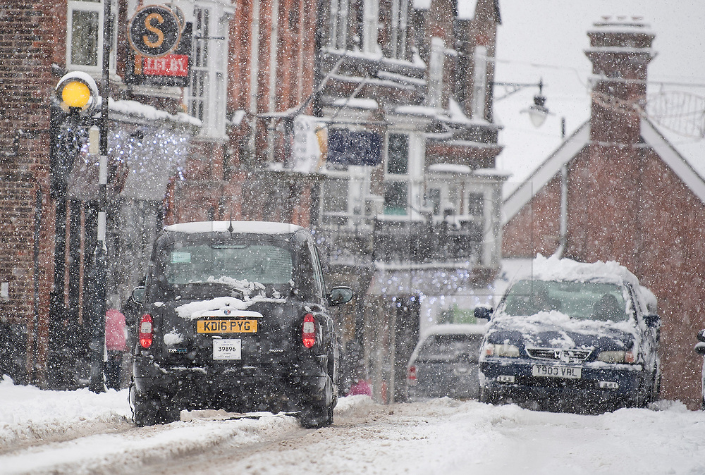 © Licensed to London News Pictures. 10/12/2017. Tring, UK. Traffic struggles through heavy snow in Tring, Buckinghamshire, England as parts of the south east of England are blanketed with snow for the first time this winter. Photo credit: Ben Cawthra/LNP
