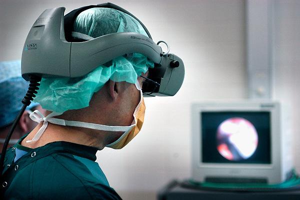 Nederland, Nijmegen, 30-4-2005..Chirurg voert operatie uit d.m.v. endoscoop, kijkbuis, aan de hypofyse, waar zich een tumor, kankergezwel bevindt...Via een speciale helm wordt het videobeeld direct voor zijn ogen geprojecteerd. De buis wordt eerst door een kno chirurg via de neus ingebracht. moderne operatietechniek, medische techniek, vooruitgang chirurgie, hersenchirurg, hersenoperatie, hersentumor, gezondheidszorg, academisch ziekenhuis umc Radboud,..Foto: Flip Franssen