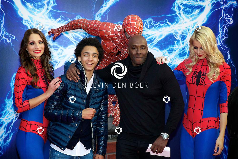 AMSTERDAM - Bij het Pathe ArenA Theater is de filmpremière van Spiderman II gehouden. Met hier op de foto  Carlos Lens met zijn zoon. FOTO LEVIN DEN BOER - PERSFOTO.NU