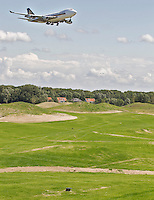 AMSTERDAM Schiphol- Vliegtuig boven de fairway van hole 8, Amsterdam Internation Golf & Country Club bij Schiphol. Baan van Burggolf, Marcel Welling. FOTOGRAFIE KOEN SUYK