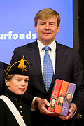Koning Willem-Alexander neemt in de Amsterdamse Nieuwe Kerk de biografieën over de Nederlandse koningen Willem I, Willem II en Willem III in ontvangst. <br /> <br /> King Willem-Alexander is in the Nieuwe Kerk in Amsterdam, to receive the biographies of the Dutch king William I, William II and William III .<br /> <br /> Op de foto / On the photo:  Koning Willem-Alexander ontvangt de biografieen / King Willem-Alexander receives the biographies