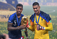 FUSSBALL  WM 2018  FINALE  ------- Frankreich - Kroatien    15.07.2018 Fresnel Kimpembe (li) und Torwart Alphonse Areola (re, beide Frankreich) jubeln mit dem Pokal