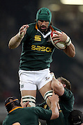 19 November 2005:  South African lock Victor Matfield wins the line out during the Invesco Perpetual Series match between Wales and South Africa at Millenium Stadium, Cardiff. South Africa won the match 33-16. Photo: Neil Tingle/actionplus<br /> <br /> 051119 rugby union man men male player springboks line-out