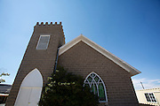 De First Methodist Episcopal Church uit 1912 doet nu dienst als buurthuis. Goldfield, Nevada, is een bijna verlaten ghost town in Esmeralda County, gelegen aan de State Route 95. Tussen 1906 en 1910 was Goldfield de grootste plaats in de Amerikaanse staat Nevada met meer dan 20.000 inwoners. Momenteel leven er tussen de 200 en 300 mensen. Het plaatsje is groot geworden door de vondst van goud in 1902. Vanaf 1910 daalde het aantal inwoners snel en in 1923 is een groot deel verwoest door een brand. De overgebleven huizen zijn grotendeels verlaten, maar worden nog altijd onderhouden door de inwoners. Daarmee wordt de geschiedenis van de het plaatsje bewaard.<br /> <br /> The First Methodist Episcopal Church of 1912 is currently the community center. Goldfield, Nevada, is an almost deserted ghost town in Esmeralda County. Between 1906 and 1910, Goldfield was the largest town in the state of Nevada with more than 20,000 inhabitants. Currently, there are between 200 and 300 people. The town has grown with the discovery of gold in 1902. From 1910, the population declined rapidly, and in 1923 the town was largely destroyed by a fire. The remaining houses are largely abandoned, but are still maintained by the residents. This way the history of the town is preserved.