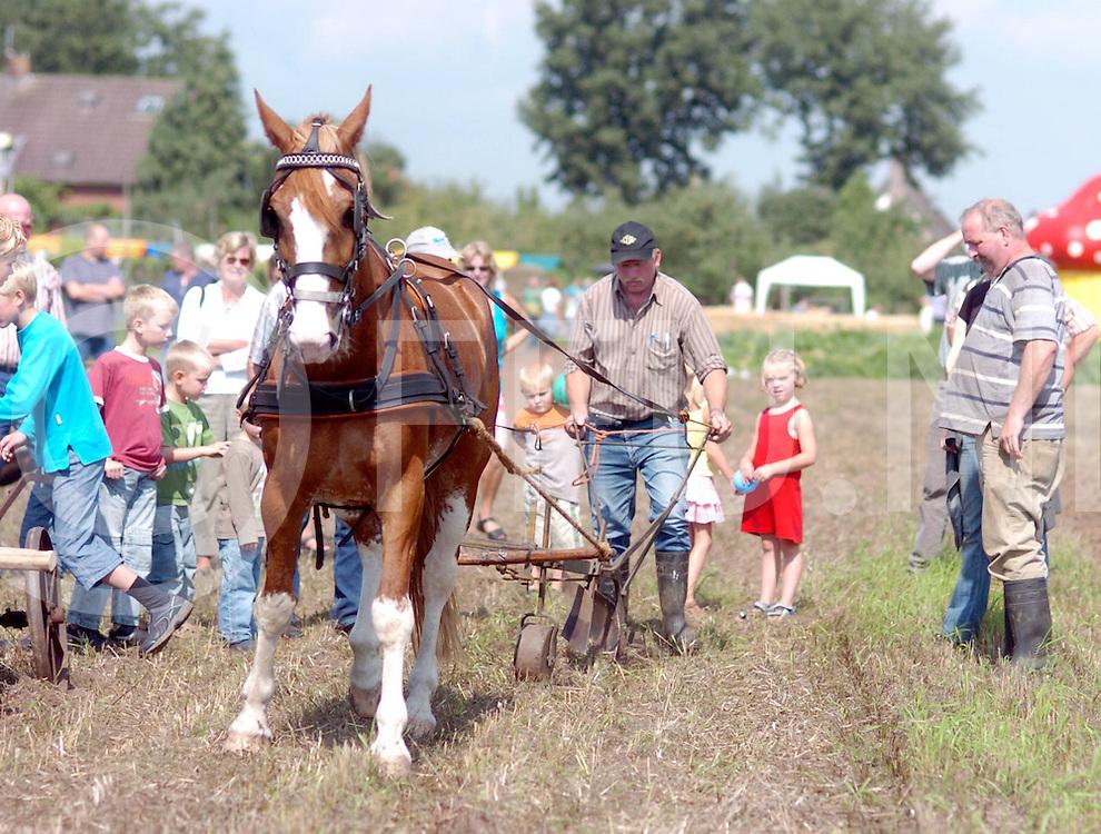 060826,ommen,nederland<br /> plattelandsfair met paardenploegen,<br /> fotografie frank uijlenbroek&copy;2006sander uijlenbroek