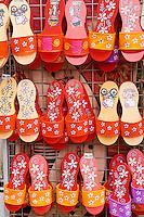 Malaisie, état de Malacca, Malacca, Centre historique, patrimoine Mondial de l'Unesco, Chinatown, sandales dans une boutique // Malaysia, Malacca state, Malacca, Unesco Wold Heritage, Chinatown, sandal in a souvenir shop