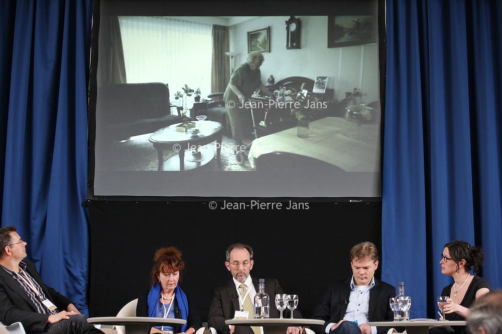 Nederland, Achlum , 28 mei 2011..Conventie van Achlum..Achmea bestaat dit jaar 200 jaar. In dit jubileumjaar gaat Achmea terug naar haar roots: het Friese dorpje Achlum. Op 28 mei vindt daar de Conventie van Achlum plaats. Zo'n 2000 mensen gaan daar met elkaar in gesprek over de toekomst van Nederland binnen de thema's: veiligheid, mobiliteit, arbeidsparticipatie, pensioen en gezondheid. Dit doen we met top sprekers uit de politiek en wetenschap maar ook met mensen zoals jij..Op de foto opiniepeiler  Hans Anker, Marjolein Verstappen, directeur Zorginkoop Achmea, Andre Knotnerus, wetenschappelijke Raad voor het Regeringsbeleid en Pieter Omtzigt van het CDA.Foto:Jean-Pierre Jans