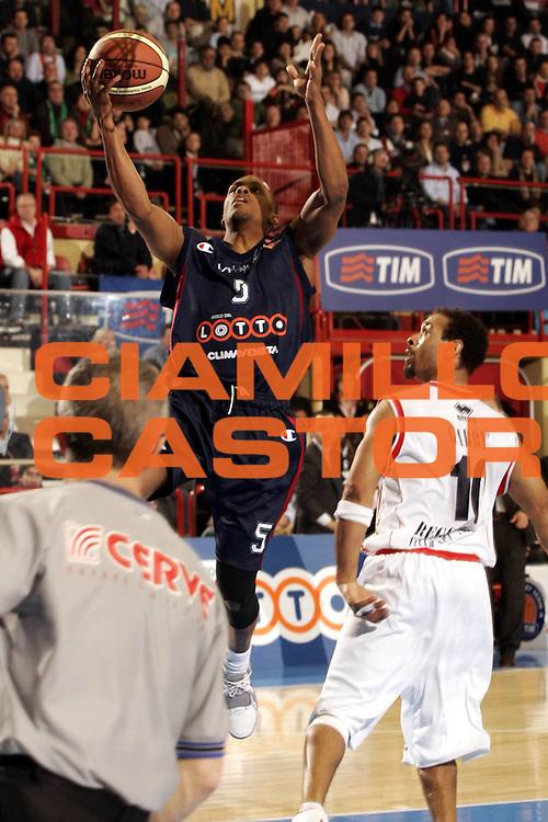 DESCRIZIONE : FORLI FINAL 8 COPPA ITALIA LEGA A1 2005 SEMIFINALE<br />GIOCATORE : EDNEY<br />SQUADRA : LOTTOMATICA VIRTUS ROMA<br />EVENTO :  FINAL 8 COPPA ITALIA LEGA A1 2005 SEMIFINALE<br />GARA : BIPOP CARIRE REGGIO EMILIA-LOTTOMATICA VIRTUS ROMA<br />DATA : 19/02/2005 <br />CATEGORIA : Tiro<br />SPORT : Pallacanestro <br />AUTORE : Agenzia Ciamillo-Castoria/P.Lazzeroni