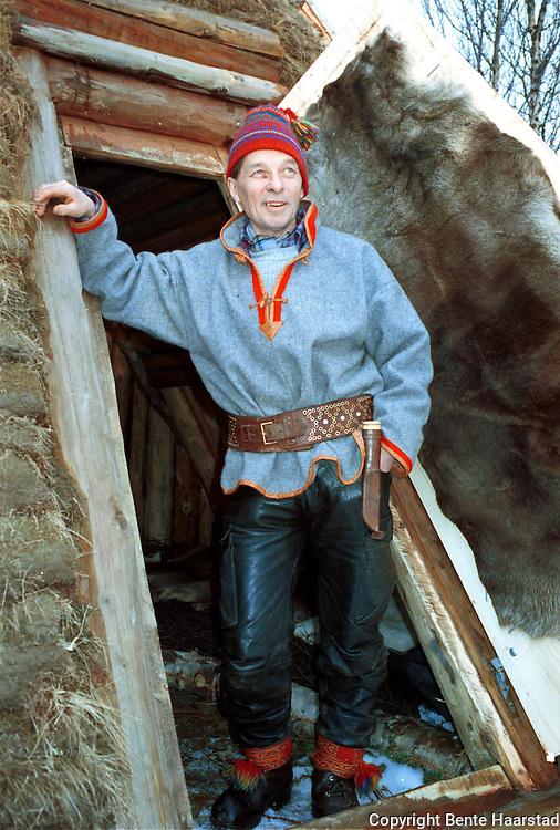 John Danielsen, Røros, kjørereinprosjekt.neg Det sørsamiske området strekker seg fra Saltfjellet i nord til Elgå i Hedmark i sør. Omfatter noen få tusen på norsk og svensk sida av grensa. The sourth sami people consists of a couple of tousand people in Mid-Norway and Mid-Sweden.