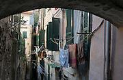 Gasse in der Altstadt La Pigna, Sanremo, Riviera, Ligurien, Italien | small street in Old Town La Pigna, Sanremo, Riviera, Liguria, Italy