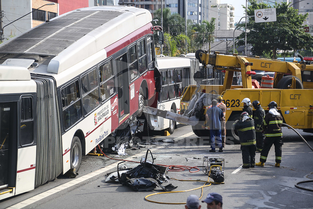 SAO PAULO, SP, 12.02.2014 - ACIDENTE TRANSITO - DOIS ONIBUS E UM AUTO - Acidente de transito envolvendo dois onibus e um carro na Avenida Vereador Jose Diniz, duas vitimas vieram a obitos no local e oito vitimas com ferimentos leves. (Foto: William Volcov / Brazil Photo Press).