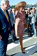 Koningin Maxima komt aan bij het Nationaal Eenzaamheid Congres in de Grolsch Veste in Enschede tijdens de Week tegen de Eenzaamheid. <br /> <br /> Queen Maxima arrives at the National Loneliness Congress in the Grolsch Veste in Enschede during the Week against Loneliness.
