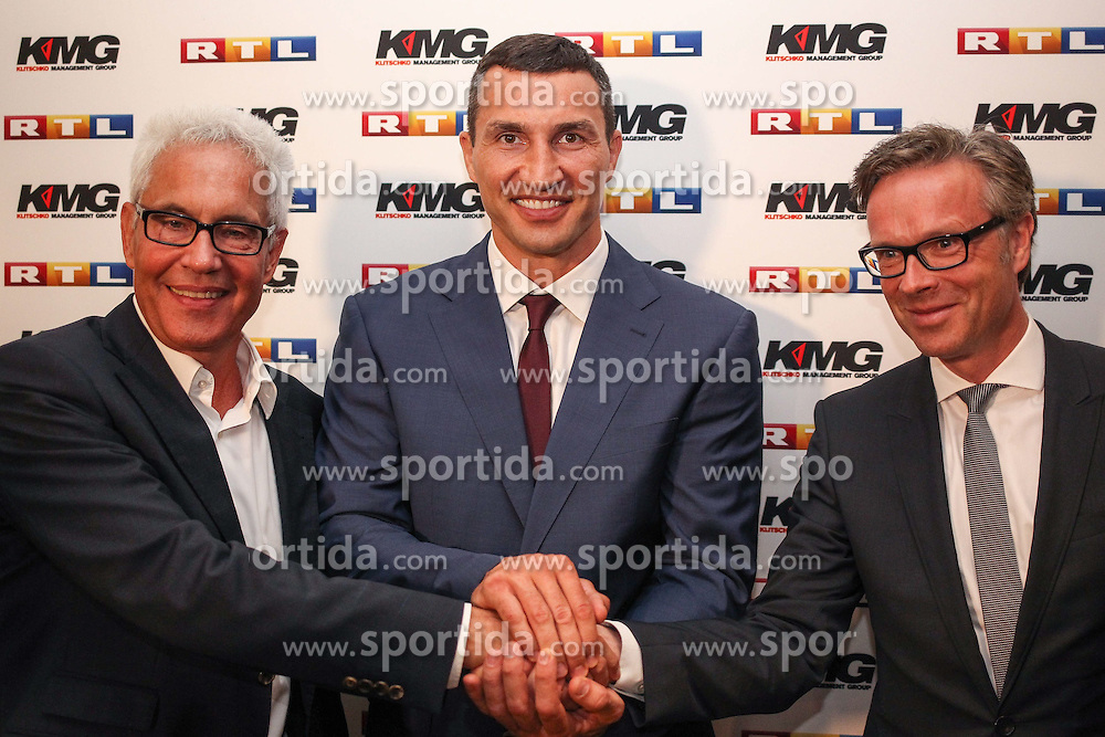 21.07.2015, Esprit Arena, D&uuml;sseldorf, GER, WBA Boxkampf, Wladimir Klitschko vs Tyson Fury, im Bild vr: RTL Programm-Geschaeftsfuehrer Frank Hoffmann, Wladimir Klitschko und Bernd Boente (KMG)  //  during a pressconference of the WBA fight between Wladimir Klitschko and Tyson Fury at the Esprit Arena in D&uuml;sseldorf, Germany on 2015/07/21. EXPA Pictures &copy; 2015, PhotoCredit: EXPA/ Eibner-Pressefoto/ Sch&uuml;ler<br /> <br /> *****ATTENTION - OUT of GER*****