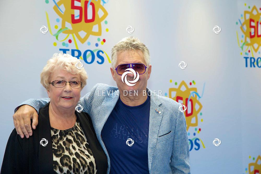 AMSTERDAM - 50 Jaar Tros is gevierd in theater Carré met heel veel bekende Nederlanders uit de Tros wereld. Met hier op de foto  Jan Tuijp met partner Mary Veltrop. FOTO LEVIN DEN BOER - PERSFOTO.NU