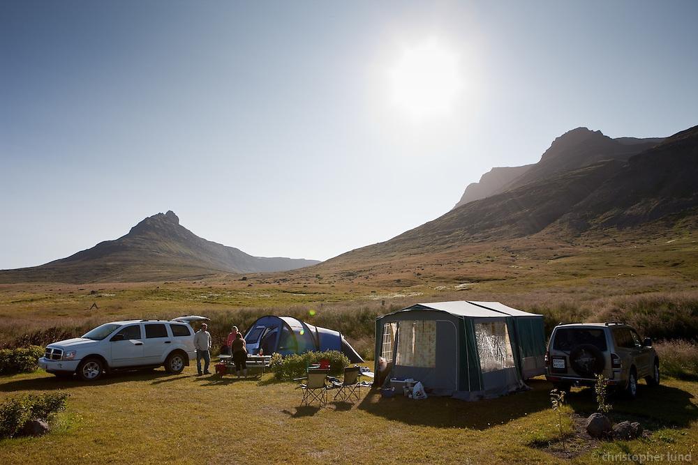 Tjaldstæðið fína á Súðavík. Þar hittum við Heiðu og Örvar með strákana sína.