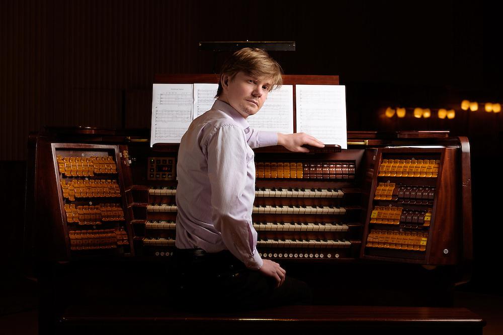 Portræt af Frederik Magle, Organist og pianist. Lokationen var konservatoriets koncertsal på Frederiksberg. www.magle.dk