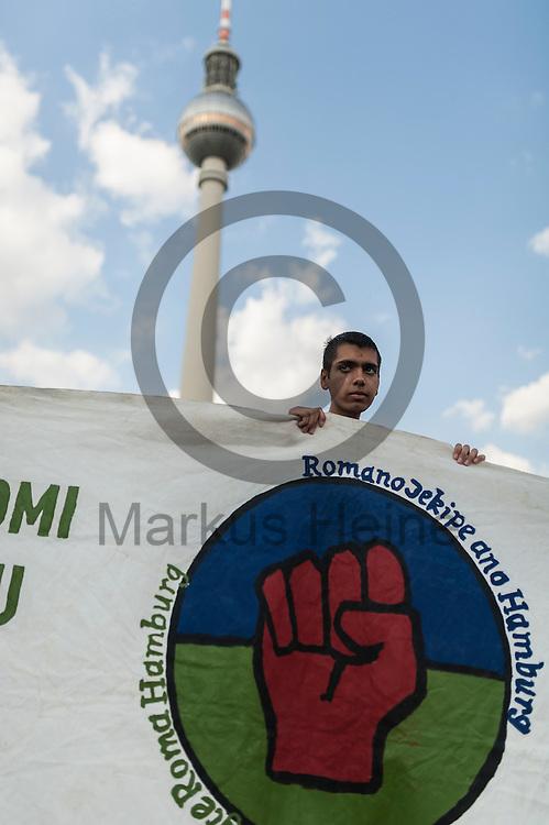 Ein Roma h&auml;lt w&auml;hrend der Roma Demonstration am 03.06.2016 in Berlin, Deutschland ein Transparent. Ca 150 Roma und Aktivisten demonstrierten f&uuml;r ein Bleiberecht f&uuml;r alle Sinti und Roma. Foto: Markus Heine / heineimaging<br /> <br /> ------------------------------<br /> <br /> Ver&ouml;ffentlichung nur mit Fotografennennung, sowie gegen Honorar und Belegexemplar.<br /> <br /> Bankverbindung:<br /> IBAN: DE65660908000004437497<br /> BIC CODE: GENODE61BBB<br /> Badische Beamten Bank Karlsruhe<br /> <br /> USt-IdNr: DE291853306<br /> <br /> Please note:<br /> All rights reserved! Don't publish without copyright!<br /> <br /> Stand: 06.2016<br /> <br /> ------------------------------w&auml;hrend der Roma Demonstration am 03.06.2016 in Berlin, Deutschland. Ca 150 Roma und Aktivisten demonstrierten f&uuml;r ein Bleiberecht f&uuml;r alle Sinti und Roma. Foto: Markus Heine / heineimaging<br /> <br /> ------------------------------<br /> <br /> Ver&ouml;ffentlichung nur mit Fotografennennung, sowie gegen Honorar und Belegexemplar.<br /> <br /> Bankverbindung:<br /> IBAN: DE65660908000004437497<br /> BIC CODE: GENODE61BBB<br /> Badische Beamten Bank Karlsruhe<br /> <br /> USt-IdNr: DE291853306<br /> <br /> Please note:<br /> All rights reserved! Don't publish without copyright!<br /> <br /> Stand: 06.2016<br /> <br /> ------------------------------