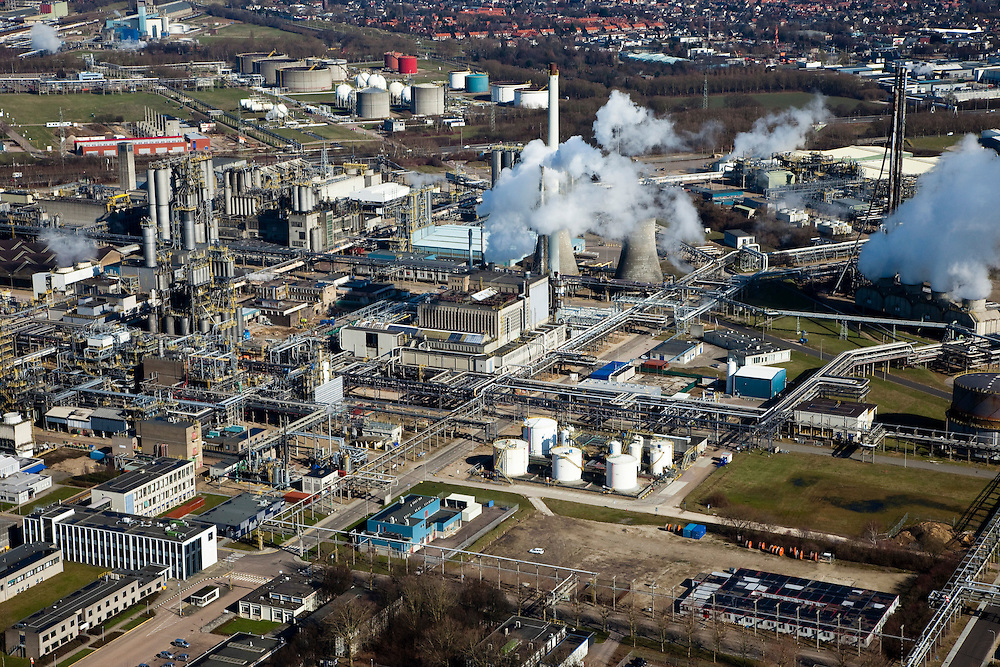 Nederland, Limburg, Gemeente Sittard-Geleen., 07-03-2010; Chemelot,  complex voor chemische industrie in westelijke mijnstreek, huisvest onder andere DSM (De Staatsmijnen, Dutch State Mines). Detail van het complex, onder andere Limburgse Vinyl Maatschappij (LVM), pvc-fabriek. Huizen van Geleen in de achtergrond..Chemelot complex for chemical industry in former western mining district, home to DSM (Dutch State Mines)..Houses of Geleen in the background..luchtfoto (toeslag), aerial photo (additional fee required).foto/photo Siebe Swart