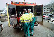 Nederland, Nijmegen, 18-6-2003..Ambulance personeel brengt oudere van  verpleeghuis naar ziekenhuis. ambulancedienst, ziekenauto, kosten gezondheidszorg, vergoeding ziekenfonds, ziekenvervoer..Foto: Flip Franssen