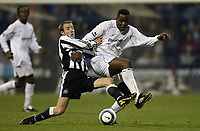 Fotball<br /> Premier League 2004/05<br /> Bolton Wanderers v Newcastle<br /> 31. oktober 2004<br /> Foto: Digitalsport<br /> NORWAY ONLY<br /> Newcastle's Lee Bowyer and Bolton's Bruno N'Gotty