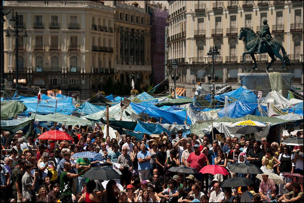 """Lors d'une assemblee populaire sur le camp place Puerta Del Sol// Le mouvement spontane du """"15 M"""" (15 mai) compose de citoyens espagnols campe depuis 2 semaines sur la place Puerta Del Sol avec pour revendication la construction d'une democratie nouvelle. Organise en commission les citoyens prennent la parole lors d'assemblee ouverte a tous - Place Puerta Del Sol à Madrid le Juin 2011. ©Benjamin Girette/IP3Press"""