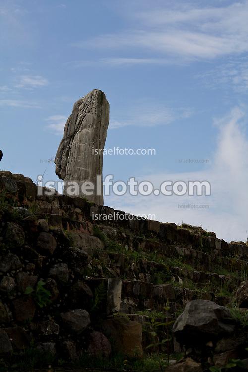 Estela de piedra en el sitio arqueológico de Monte Albán. Stone stele at the Monte Alban Archaeological site.