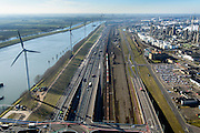 Nederland, Zuid-Holland, Rotterdam, 18-02-2015. A15 ter hoogte van het Hartelkruis en Hartelkanaal. Goederentrein op Betuweroute richting Maasvlakte II.<br /> Motorway A15 and freight railway, connecting Port of Rotterdam with hinterland.<br /> luchtfoto (toeslag op standard tarieven);<br /> aerial photo (additional fee required);<br /> copyright foto/photo Siebe Swart