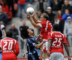22-10-2006 VOETBAL: UTRECHT - DEN HAAG: UTRECHT<br /> FC Utrecht wint in eigenhuis met 2-0 van FC Den Haag / Tim Cornelisse in duel met Michael Mols<br /> ©2006-WWW.FOTOHOOGENDOORN.NL