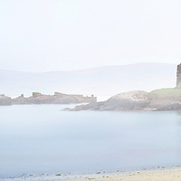Foggy Sunrise over Ballinskelligs Bay with view on historical Castle at the beach Ireland / bs025