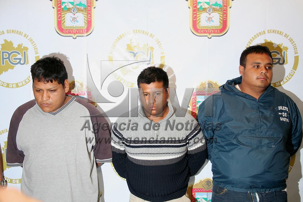 Toluca, Mex.- Policias ministeriales de la procuraduria de justicia, presentan a tres presuntos secuestradores que fueron asegurados en el municipio de Chimalhuacan. Agencia MVT / Javier Rodriguez. (DIGITAL)<br /> <br /> <br /> <br /> <br /> <br /> <br /> <br /> NO ARCHIVAR - NO ARCHIVE