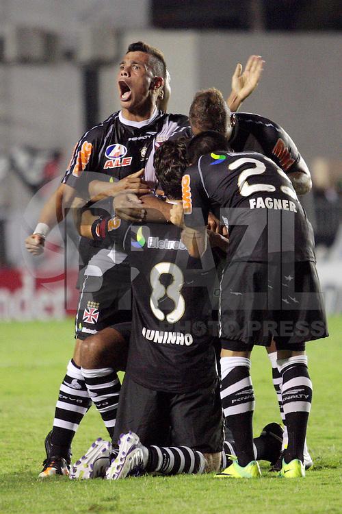 RIO DE JANEIRO - RJ - 26 DE OUTUBRO DE 2011 - COPA SULAMERICANA 2011 - VASCO  X AURORA(BOL) - jogadores do Vasco comemoram o gol de Alecsandro durante a partida v&aacute;lida pelas oitavas de final no est&aacute;dio de S&atilde;o Janu&aacute;rio, zona norte da cidade, nesta quarta-feira(26).<br /> FOTO: RUDY TRINDADE/NEWSFREE