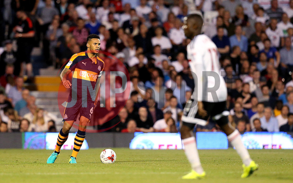Jamaal Lascelles of Newcastle United runs with the ball - Mandatory by-line: Robbie Stephenson/JMP - 05/08/2016 - FOOTBALL - Craven Cottage - Fulham, England - Fulham v Newcastle United - Sky Bet Championship