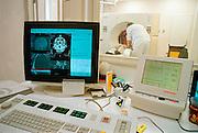 Nederland, Nijmegen,21-8-2002Een laborant/verpleegkundige bereidt een patient voor op het maken van een ct-scan. Techniek en gezondheidszorg. hersenonderzoek. universitair ziekenhuis. automatisering, radiologieFoto: Flip Franssen