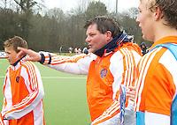 AERDENHOUT - 09-04-2012 - Coach Eric van den Pol , maandag na de gewonnen finale tussen Nederland Jongens B en Spanje Jongens B  (3-1) , tijdens het Volvo 4-Nations Tournament op de velden van Rood-Wit in Aerdenhout. Jongens U16 wordt kampioen.FOTO KOEN SUYK