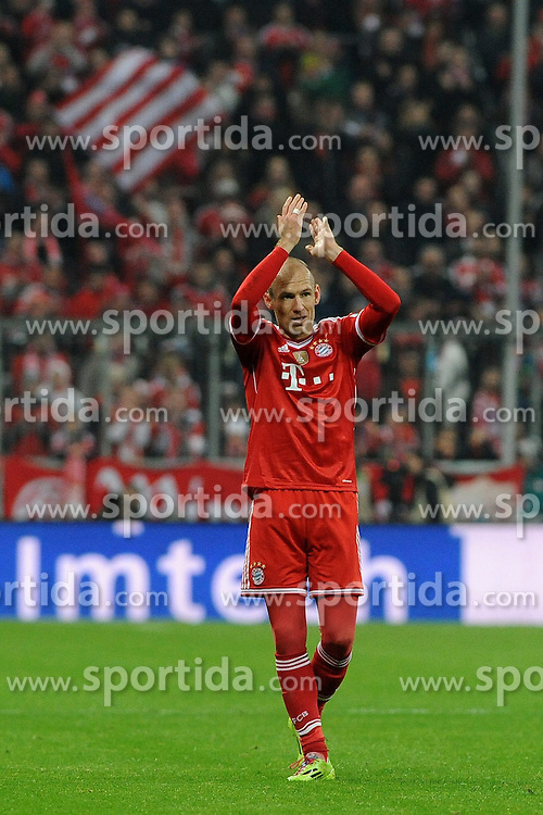 01.03.2014, Allianz Arena, Muenchen, GER, 1. FBL, FC Bayern Muenchen vs Schalke 04, 23. Runde, im Bild Arjen Robben (FC Bayern Muenchen) wirds mit stehenden Ovationen bei seinerAuswechslung gefeiert // during the German Bundesliga 23th round match between FC Bayern Munich and Schalke 04 at the Allianz Arena in Muenchen, Germany on 2014/03/01. EXPA Pictures &copy; 2014, PhotoCredit: EXPA/ Eibner-Pressefoto/ Stuetzle<br /> <br /> *****ATTENTION - OUT of GER*****