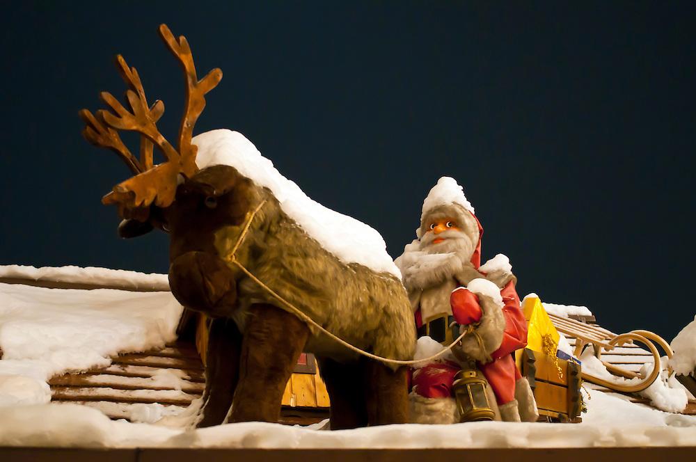 Nikolaus  - Weihnachtsmann mit Rentier  - Weihnachtsmarkt Rudolfplatz Köln  | x-mas, santa claus, St. Claus