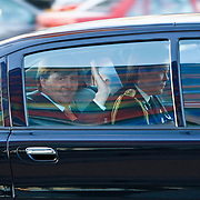NLD/Hilversum/20110208 - Prins Willem Alexander aanwezig bij de Gouden Apenstaarten 2011, Z.K.H. Prins Willem Alexander zwaaiend in zijn auto