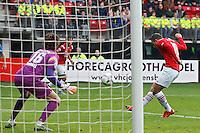 ALKMAAR - 04-10-2015, AZ - FC Twente, AFAS Stadion, AZ speler Vincent Janssen scoort hier de 1-0, doelpunt, FC Twente keeper Joel Drommel