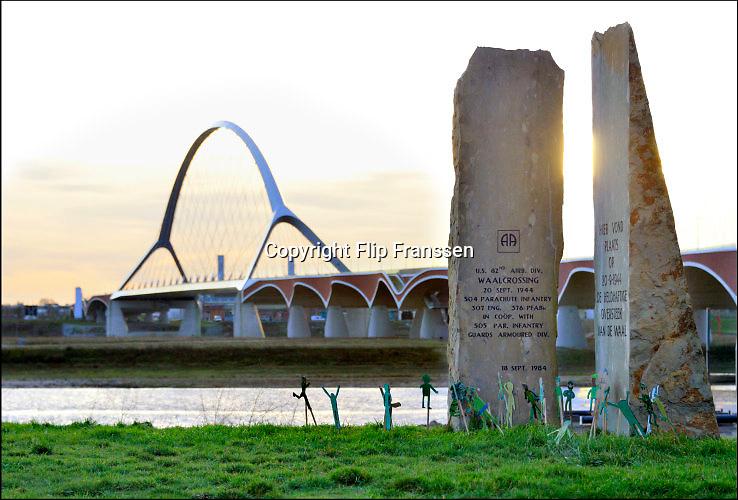 Nederland, Nijmegen, Oosterhout, 10-12-2015 Monument ter herinnering van de oversteek door Amerikaanse militairen van de Waal bij Nijmegen in W.O. II, waarbij de Waalbrug werd veroverd als onderdeel van operatie Market Garden. 2e wereldoorlog. Dit is ook de plek waar de tweede stadsbrug, brug, uitkomt, gebouwd door de aannemers BAM Civiel B.V. en Max Bogl Nederland B.V. Die verbindt de vinexwijk in Lent en Oosterhout met de stad. Foto: Flip Franssen/Hollandse Hoogte